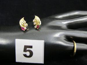 2 boucles d'oreille ornées d'une pierre rouge et de petites pierres blanches et 1 alliance (TD 50 gravée). Le tout en or. PB 3,6g