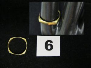 1 bague en or de forme rectangulaire, fendue (TD 60). PB 4,2g