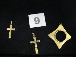 1 pendentif (tordu) et 2 croix (dont 1 cabossée). Le tout en or. PB 5,4g