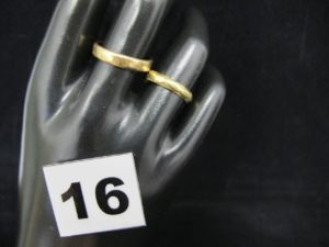 1 alliance (TD 56) et 1 alliance ciselée (TD 53). Le tout en or. PB 5,9g