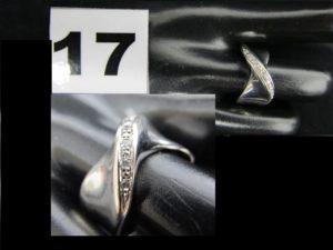 1 bague en or de couleur grise sertie d'une ligne de diamants (TD 54). PB 4,8g