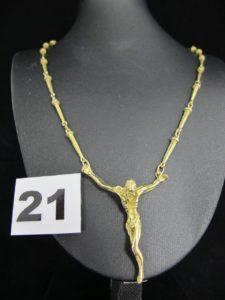 1 chaîne en or maille fantaisie en forme de clous, ornée en son centre du Christ (L 47,5cm). PB 25,4g