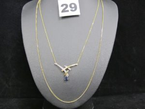 1 bracelet en or cassé, double maille fine gourmette (L 17cm), 1 chaîne de cheville en or et sa breloque motif coeur (L 26cm). PB 4,4g sur l'or 750/1000 1 bracelet en 375/1000 motif fleur orné de petites pierres (L 18cm, à réparer). PB 1,9g