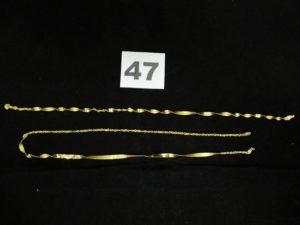1 pendentif disque fin décoré d'écritures orientales (abimé, troué) et 1 pendentif main de fatma. Le tout en or. PB 2g