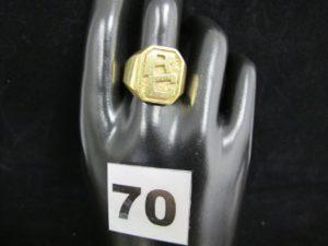 1 bague en or rehaussée d'une pierre violette (TD 64). PB 9g