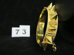 1 collier en or 880/1000 orné d'éléments coulissants, et ses 2 pierres rouge-orangées en pampille (L 52cm). PB 12,9g