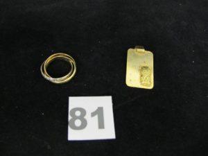 1 alliance 3 brins tricolore (TD 50), et1 plaque rectangulaire décorée d'un lion en relief (3 x 1,7cm). Le tout en or. PB 11,3g