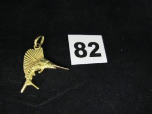 1 pendentif en or en forme d'espadon (L 4cm). PB 10,6g