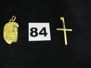 1 pendentif creux, visage du Christ (L 3,5cm) et 1 croix creuse (L 4cm, un peu cabossée). Le tout en or. PB 4,5g