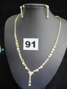 2 pendants d'oreille rehaussés de pierres(L 2cm) et 1 collier semi articulé rehaussé de pierres (L 44cm). Le tout en or. PB 16,9g