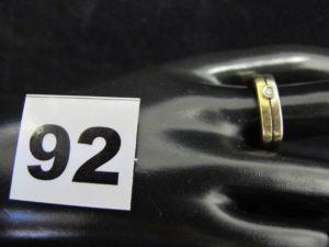 1 bague en or bicolore de forme rectangulaire sur le dessus, ornée d'un petit diamant (TD 58). PB 8g