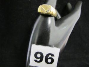1 chevalière en or ornée d'une petite pierre (TD 63, monture légèrement fendue, éclats dans pierre). PB 10,2g