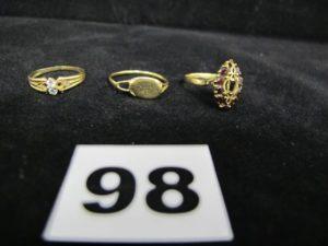 Lot casse : 3 bagues en or, dont 2 ornées de petites pierres. PB 5,3g