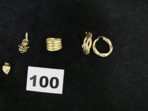 2 créoles (diam 2cm, cabossées, attache cassée), 1 bague godronée (TD 50, fendue), 1 pendentif main de fatma ornée d'une pierre rouge, et 1 pendentif coeur creux. Le tout en or. PB 6,2g