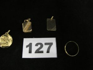1 alliance (TD53), 1 médaille à décor d'ange (cabossée et gravée), 1 pendentif en or gravé et 1 pendentif porte photo (monture rehaussée de petites perles plexiglass à l'intérieur). Le tout en or. PB 8,5g