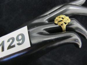 1 Bague en or à motif feuillage (TD 51). PB 4,4g
