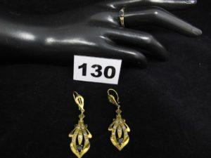 1 Bague ornée de pierres bleue et blanches (TD56) et 2 pendants d'oreille rehaussés de pierres bleue et blanches (L 5,5cm). Le tout en or. PB 7,2g