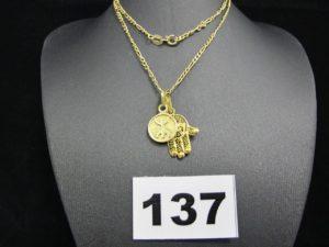 """1 chaine maille figaro (L 50cm, fermoir cassé), 1 pendentif filigrané """"main de fatma"""" et un pendentif en forme de disque. Le tout en or. PB 5,7g"""