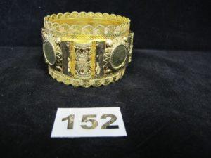 1 bracelet esclave en or , orné de 4 motifs ouvragés (Diam 7cm). PB 48,5g