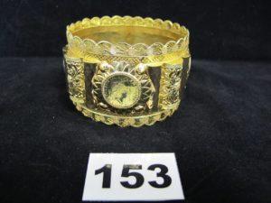 1 Bracelet esclave en or , orné de 4 motifs ouvragés (Diam 7cm). PB 49,5g