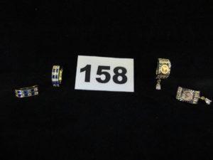 2 boucles avec 2 rangs de pierres bicolores et 2 boucles ciselées avec pampille goutte. Le tout en or. PB 5,6g
