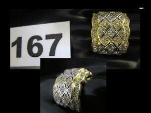 1 Bague large en or bicolore, décorée de motifs en croisillon réhaussée de petites pierres blanches (TD 60). PB 10,1g