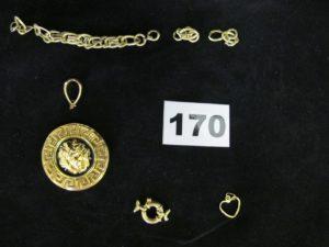 """3 morceaux de chaine cassés , 1 pendentif à motif """"meduse"""" cassé, 1 fermoir bouée et 1 pendentif coeur cabossé. Le tout en or. PB 9,8g"""