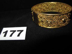 1 bracelet en or , rigide filigrané (Diam 7,2cm). PB 50,1g