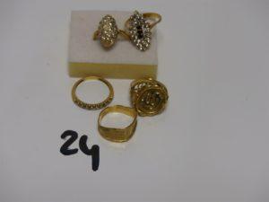 5 bagues en or : 3 ornées de petites pierres (1 chaton vide Td53/54/5) 1 ouvragée cassée (Td54) 1 monture carrée (Td52) PB 16,6g