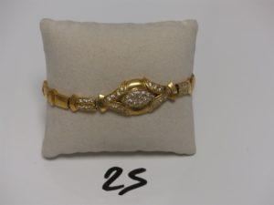 1 bracelet maille articulée en or motif central orné de petites pierres (1 chaton vide, maillons usés, L20cm). PB 15,6grs