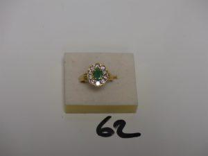 1 bague en or à décor floral ornée d'1 pierre verte entourage petits diamants (Td58). PB 5,5g