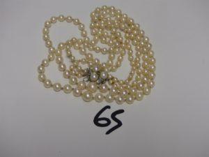 1 collier 2 rangs de perles fermoir en or (avec sécurité) orné d'1 petite pierre verte et de petits diamants (L58cm). PB 42,9g