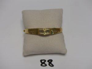 1 bracelet en or rigide ouvrant motif central orné de 12 petites pierres (diamètre 5,5cm). PB 11g