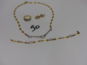 1 parure en or avec motifs ornés de petites pierres composée d'1 collier (L42cm) 1 bracelet (L19cm) 1 bague (Td59) et 2 boucles. PB 32,7g