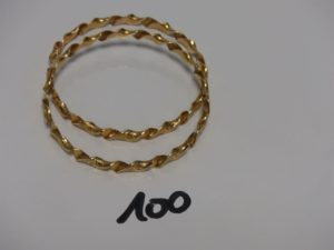 2 bracelets joncs torsadés et ouvragés en or (diamètre 7cm). PB 45,6g