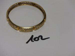 1 bracelet rigide ajouré en or (diamètre 6,5cm). PB 14,4g