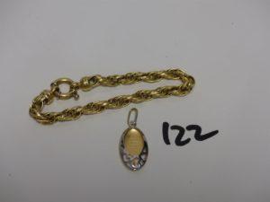 1 bracelet maille tressée (un peu cabossé, L19cm) et 1 médaille religieuse bicolore. Le tout en or PB 13,2g