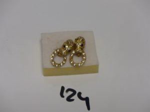 1 paire de boucles à décor d'une tête de panthère et ornées de petites pierres (1 chaton vide). PB 8,2g