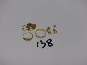 1 chaîne cassée, 1 alliance (td55), 1 bague ornée d'un petit diamant (td50) et 2 pendants à décor de boules. Le tout en or PB 8,1g