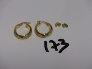 1 paire de créoles en or et 2 fermoirs en or. PB 4g