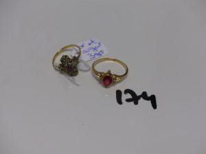 1 bague en or et argent centre motif floral orné de 3 petites pierres (Td56) PB 3g 1 bague en or ornée d'1 pierre grenat et de 4 petits diamants (Td63). PB 2,6g