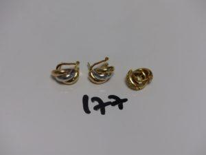 1 paire de petites créoles en or ornée de petites pierres et 1 paire de demi-créoles 3 ors (fermoir à clips et tige). PB 9g