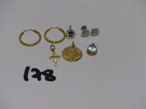 2 créoles ciselées en or , 2 petites boucles ornées de 7 petites pierres (manque 1 fermoir) et 4 pendentifs en or (1 signe du taureau, 1 orné d'1 petite pierre bleue, 1 orné d'1 petite pierre bleue entourée de petits diamants, 1 ouvragé). PB 6,1g