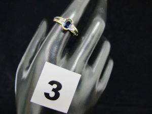 1 bague en or jaune ornée en son centre d'un saphir australien entre 2 lignes de saphirs calibrés épaulés de 6 diamants (TD 56). PB 3,4g