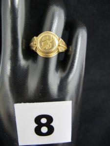 """1 chevalière en or à monture ouvragée, plateau avec initiales """"AJ"""" (TD 55). PB 4,6g"""