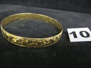1 bracelet rigide en or, à motifs baroques, ciselés (diam. 6,5cm). PB 14,4g