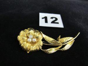 1 broche en or à motif floral orné en son coeur de 3 petites perles (L 6,5cm). PB 9,5g