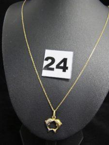 1 chaîne maille forçat fine (L 60cm) et 1 pendentif bicolore motif duo de dauphins. Le tout en or. PB 3,4g