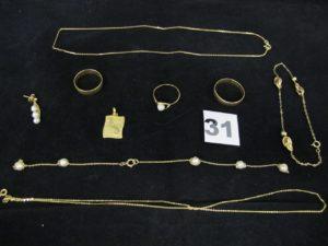 """2 alliances gravées (TD 58 et TD 64), 1 bague ornée d'une perle abimée (TD 53), 1 bracelet (L 20,5cm cabossé), 1 pendentif """"sagittaire"""", 1 chaîne maille forçat (L 40cm), 1 boucle ornée de 3 perles, 1 chaîne fine (nouée et cassée), et 1 bracelet cassé orné de perles (L 19cm). Le tout en or. PB 16g"""
