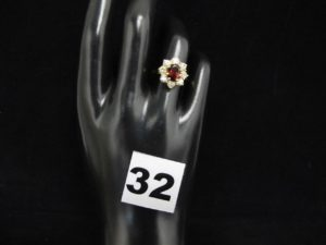 1 bague marguerite en or ornée d'une pierre centrale rouge entourée de pierres blanches (TD 53). PB 4,1g